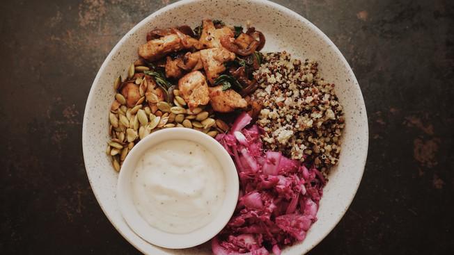 Bol repas au dindon, légumes et quinoa avec sauce à l'ail