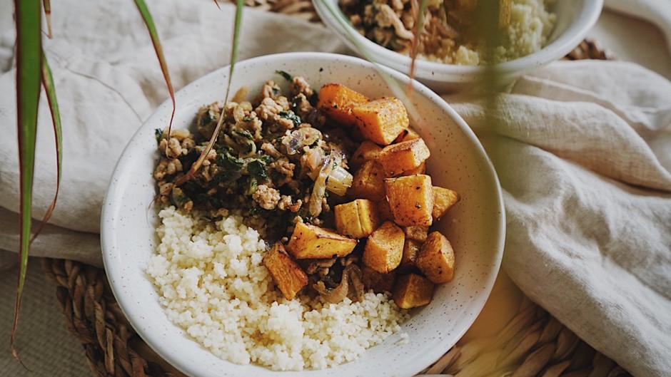 Courge butternut rôtie au four aux saveurs d'automne, avec dindon haché et couscous