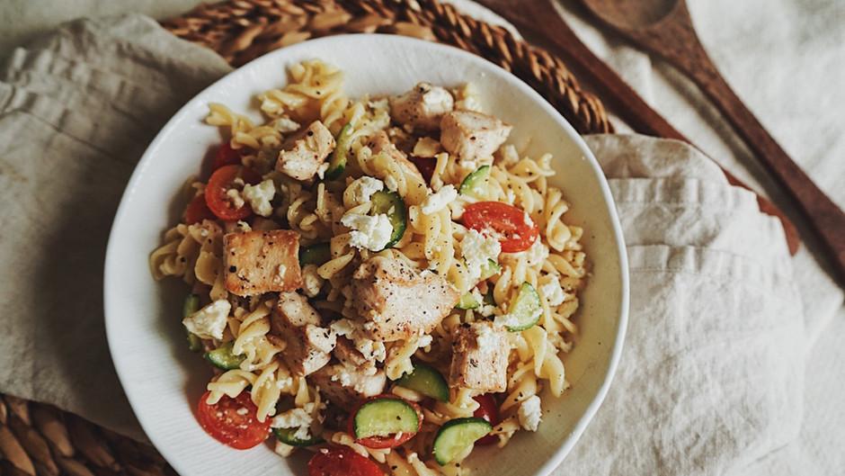 Salade de pâtes, de dindon, concombres, feta et tomates