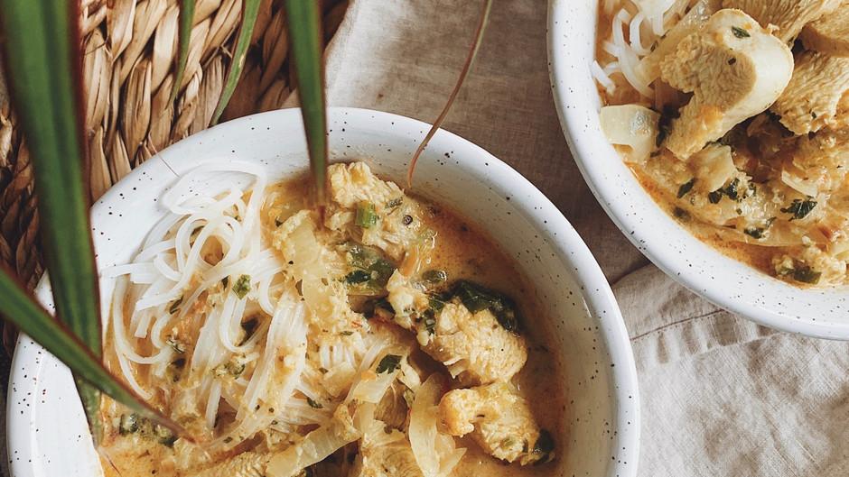 Soupe au poulet coco, gingembre et nouilles de riz