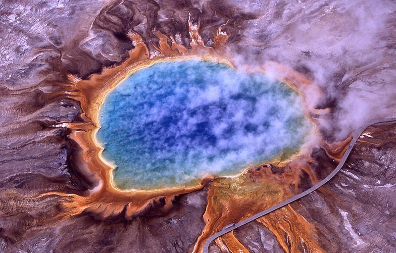 Image aérienne d'une source chaude dans le parc de Yellowstone. Image : National Park Service
