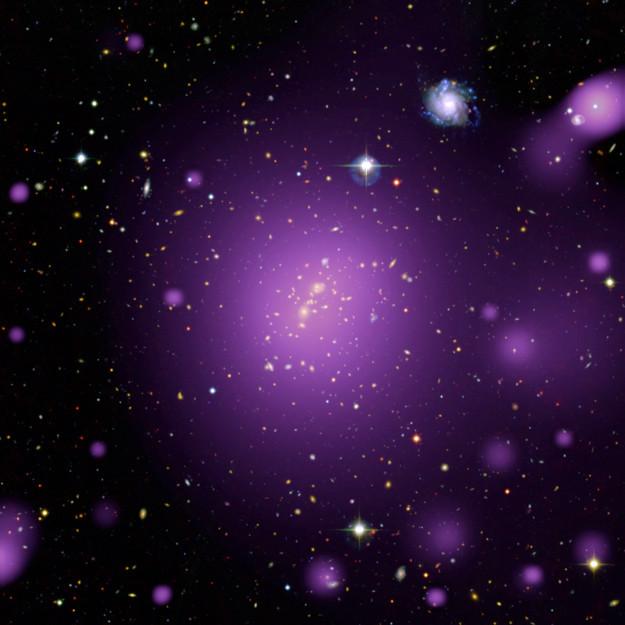 Image composite de l'amas de galaxie XLSSC006, rassemblant des observations en rayons X (mauve) du télescope européen XMM-Newton, dans l'infra-rouge et dans le visible. Image : ESA
