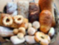 Panes artesanales blancos, dulces e integrales.
