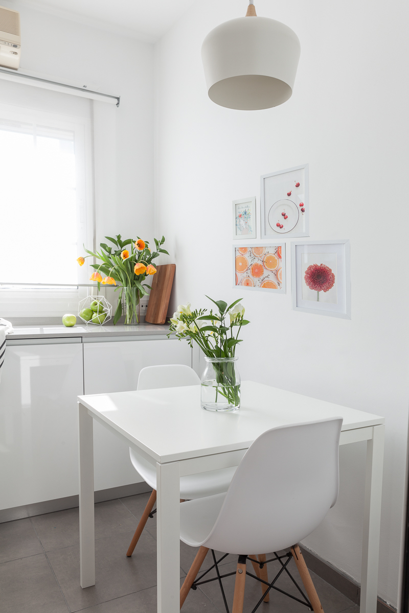 Cocina decorada con láminas
