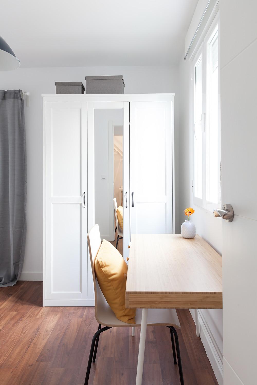 dormitorio en blanco, gris y amarillo