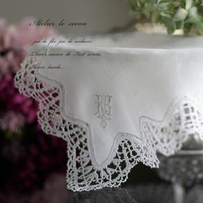 白糸のモノグラム刺繍