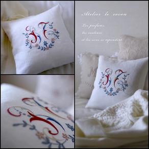 イニシャル刺繍のミニクッション