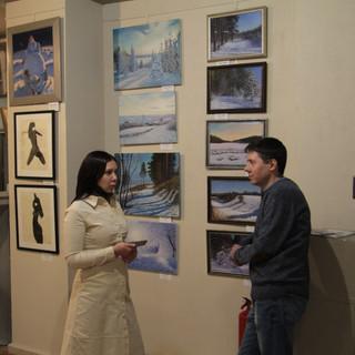 Разговоры посетителей у зимних пейзажей художника Андрея Люмеса