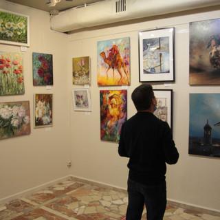 На выставке. Множество и разнообразие картин