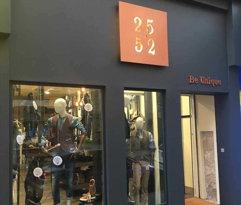 Vitrine enseigne magasin de prêt à porter 25.52 à Nice