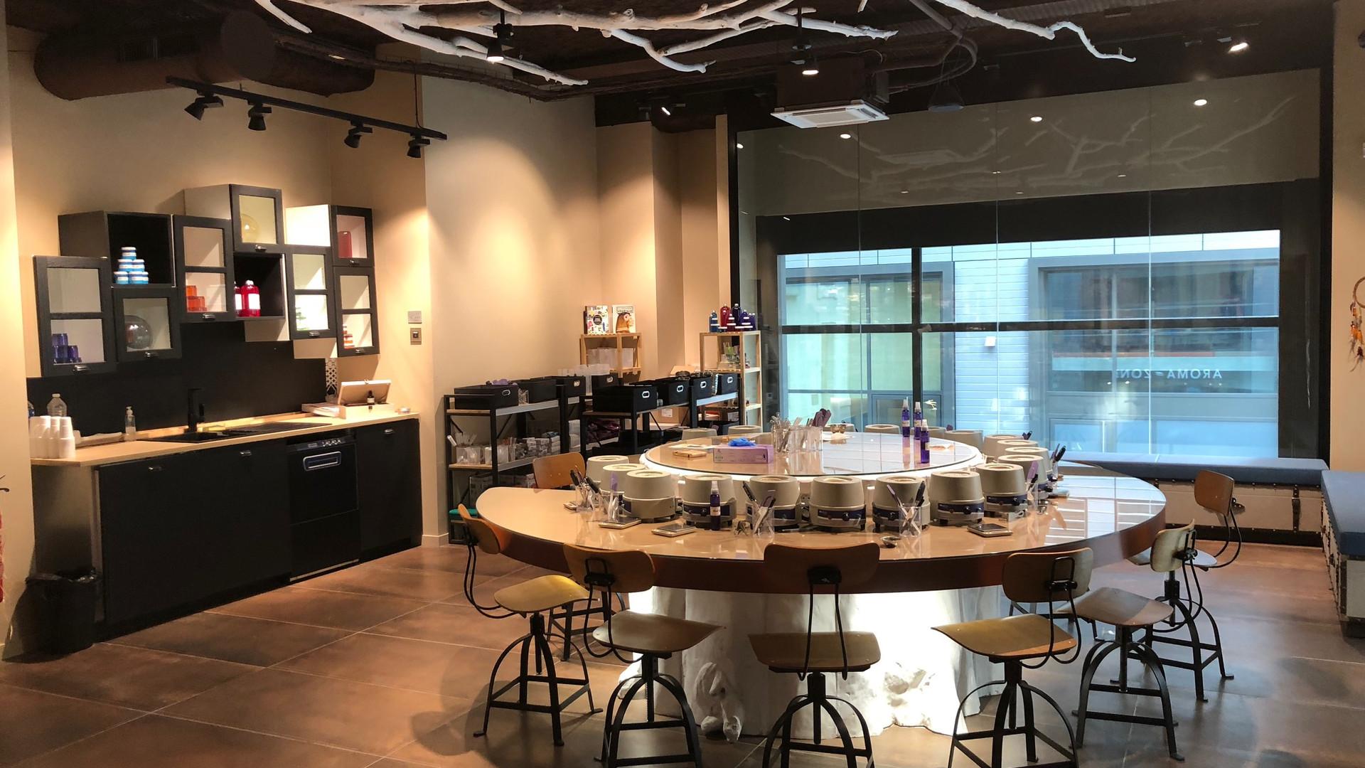 Table atelier collectifs stylisé et sur mesure magasin cosmetiques bio AROMA ZONE LYON