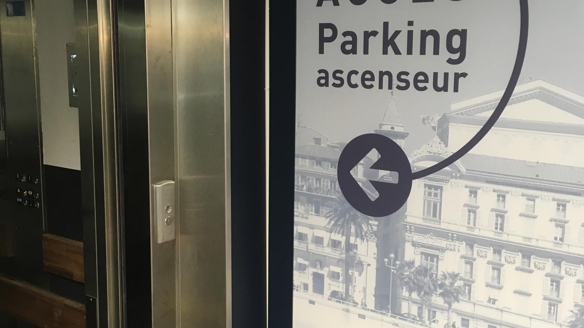 signalétique adhésive parking dans un supermarché ALDI