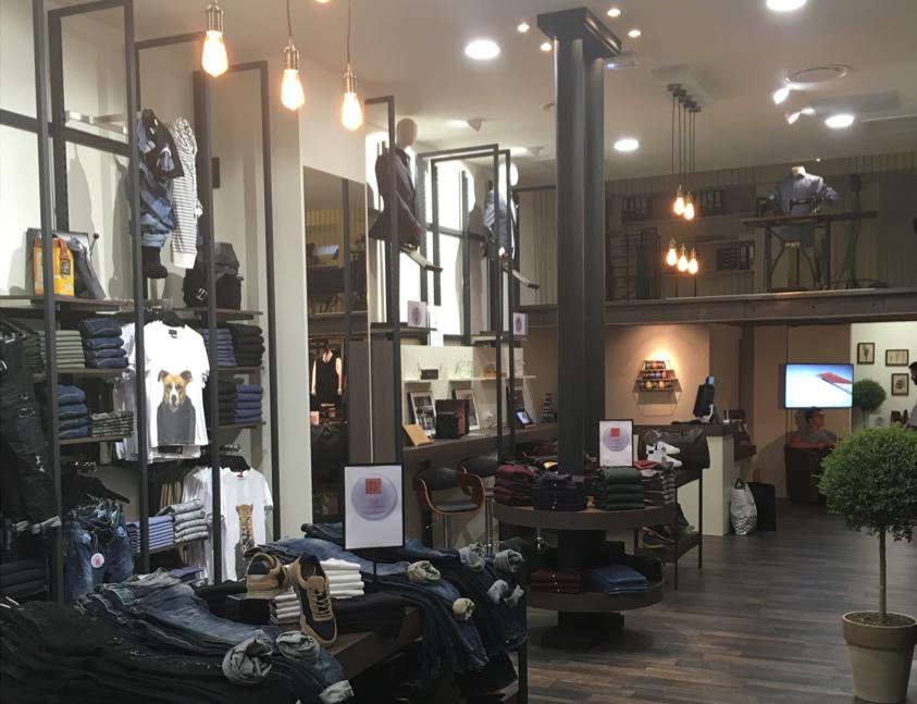 photo réalisation aménagement merchandising magasin de prêt à porter 25.52 à Nice