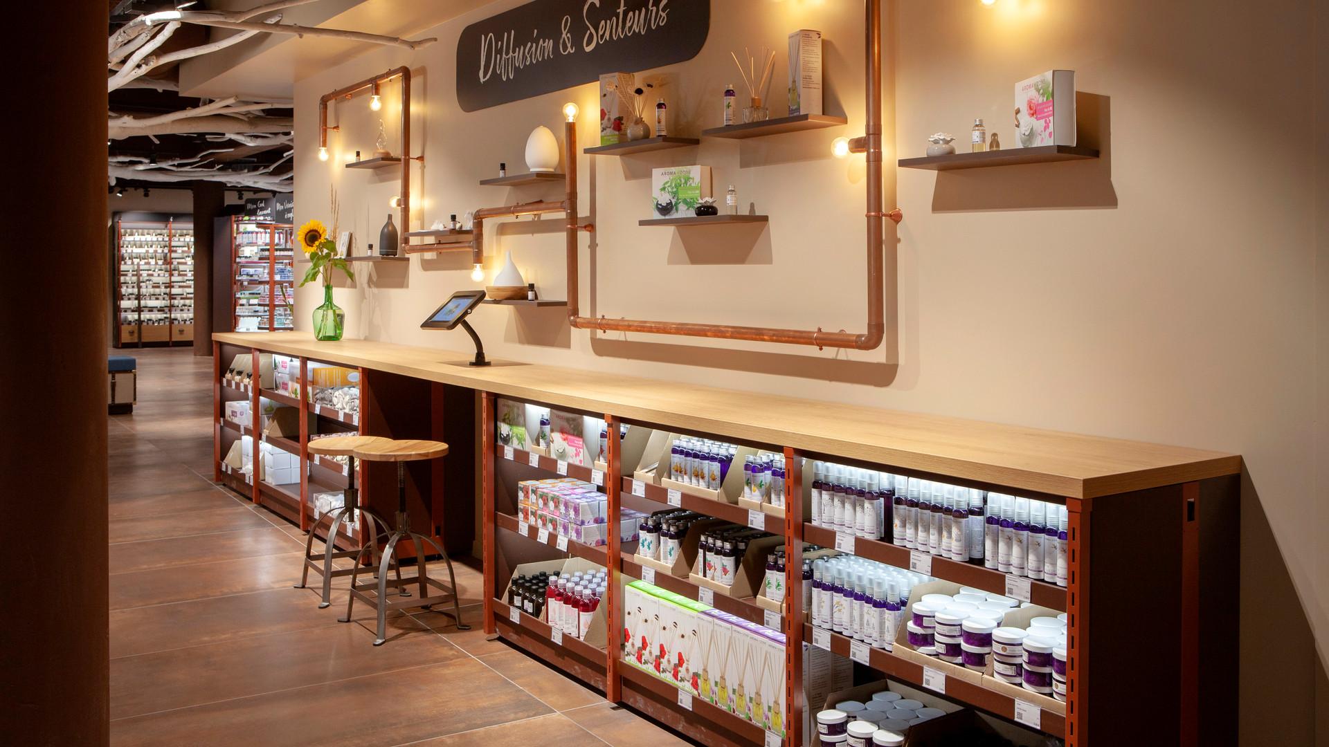 Circuit cuivre de présentation produit et espace digital magasin cosmetiques bio AROMA ZONE LYON