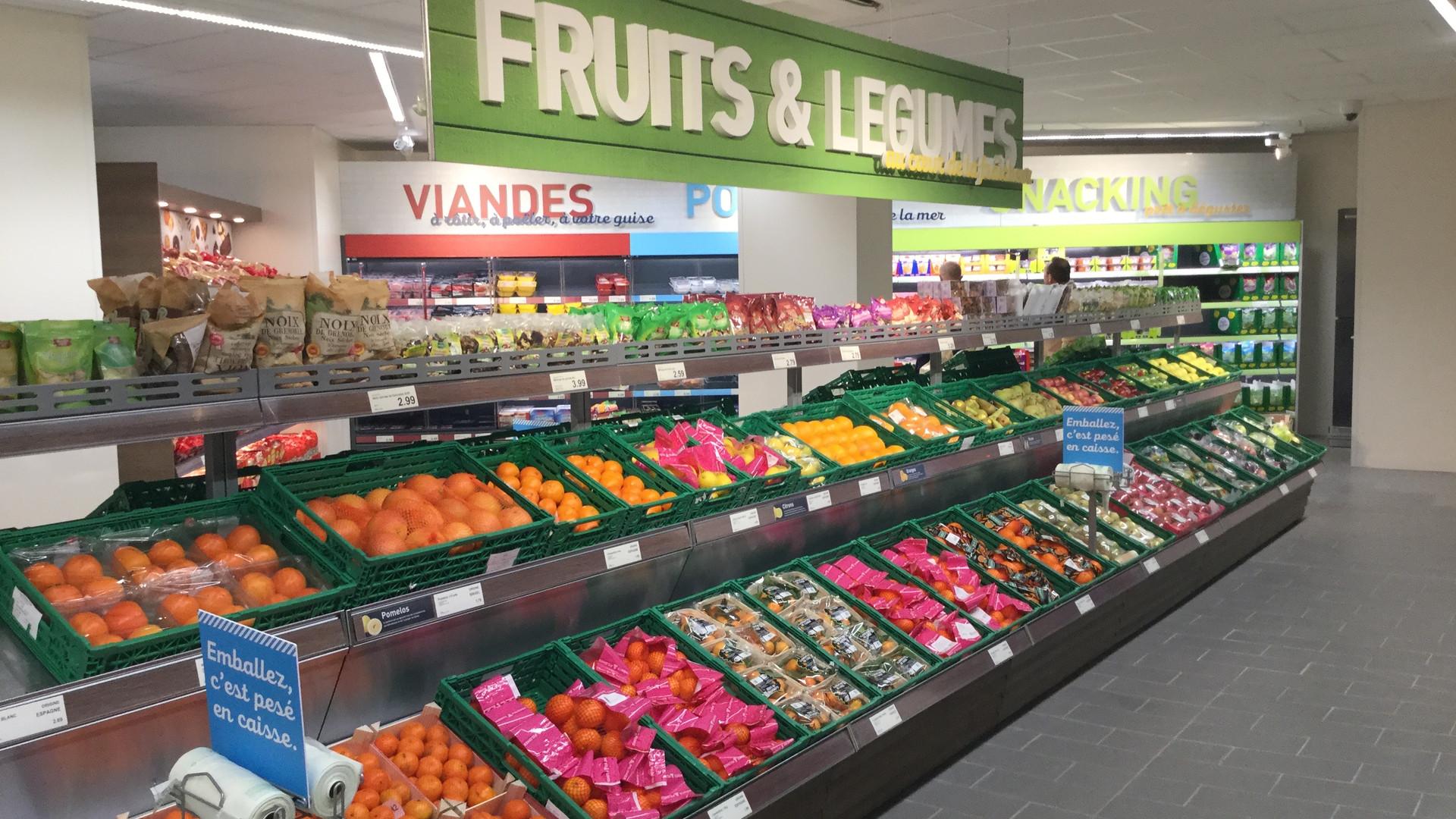 CLV rayon fruits et légumes lettrage découpé dans un supermarché ALDI