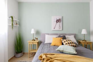 הקיר נצבע בגוון ירקרק עדין