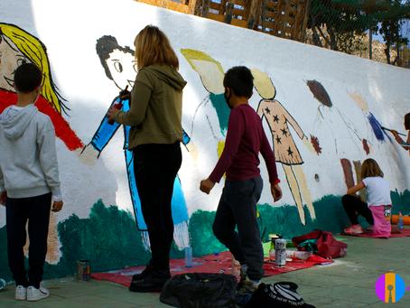 Los estudiantes del colegio San Roque de Felix pintan un mural en el patio