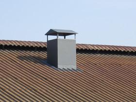 Ventilatiedakdoorvoer op kippenstal. Loopt door naar onderen, waar dan meteen ventilator in gemonteerd is.