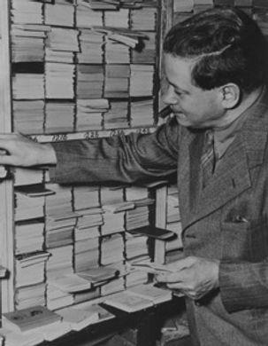 Emanuel Haldeman-Julius sorting Little Blue Books
