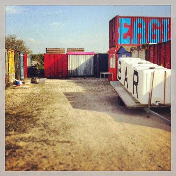 Treehouse 1.0 2010-2016  Structuur en chaos Zef Hemel (Amsterdamse planoloog) constateert dat de ontmoetingsplekken van de creatieve economie in een 'shabby' omgeving moeten plaatsvinden en niet in een clean, duur bedrijfsverzamelgebouw waar geen ruimte is om risico's te nemen. Echte innovatoren willen elkaar op  alternatieve plekken ontmoeten en mijden het georganiseerde, stelt hij. Een innovatief stedelijk milieu met laboratoriumfuncties valt daarom simpelweg niet te plannen door een top down overheidsbeleid. Het ontstaat door het samenbrengen van creatieve ondernemers en hen mogelijkheden te geven hun ideeën te testen. Dit spelen is erg belangrijk. Improviseren en rommelen lijkt niet erg efficient, maar is onmisbaar in een creatief proces. Vasthouden aan vooropgestelde eindbeelden levert vaak frustratie op. Kunstenaars ontdekken pas de werkelijke kracht in hun werk als het in hun atelier vorm krijgt. Door ontwikkelingen te faciliteren en de vinger aan de pols te houden, is de kans op een organische groei groter. Door bovendien tijdelijke architectuur te realiseren erken je dat steden voortdurend in beweging zijn en gemaakt worden door haar inwoners.