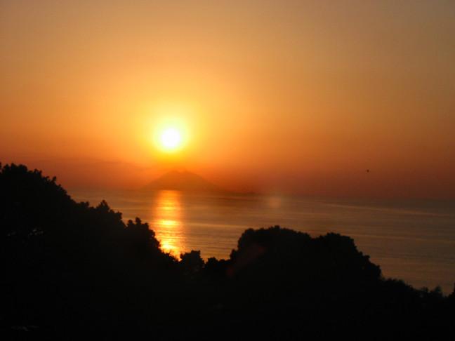 Il sole si tuffa a Stromboli