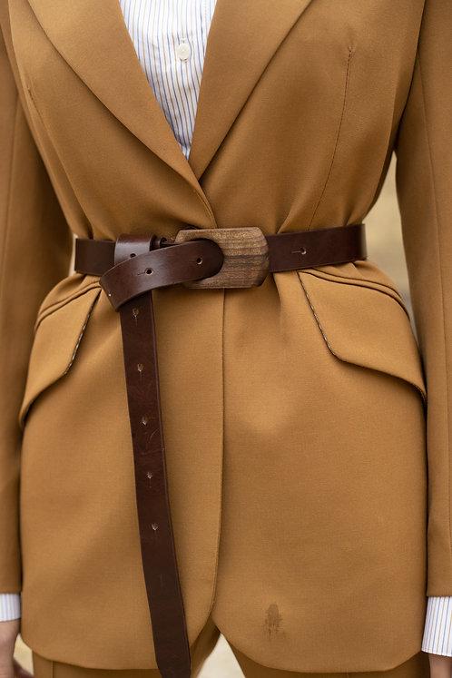 Кожаный ремень в коричневом цвете с деревянной пряжкой