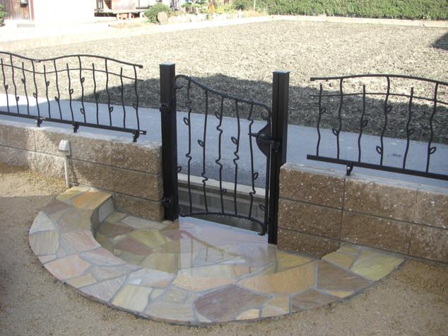 鋳物のフェンスと門扉