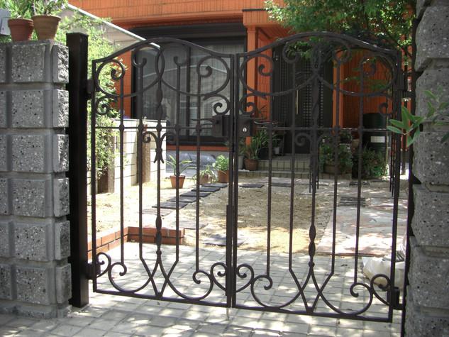 門柱周りをゴージャスに見せてくれる鋳物門扉