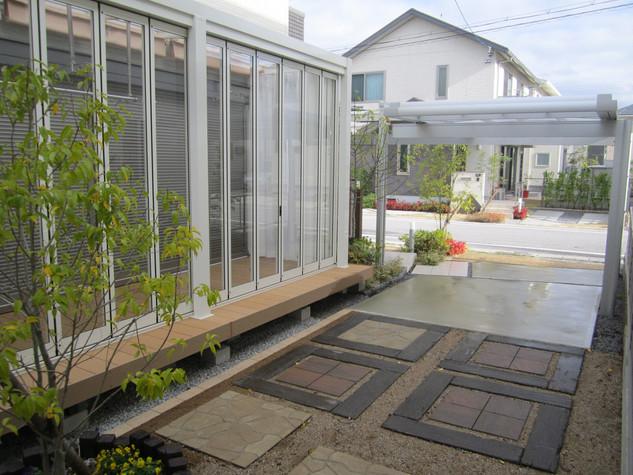普段は中庭として、また必要な時にはお客様用の駐車場にもなる多目的スペース