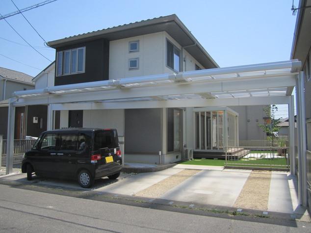 玄関まで伸びた屋根が日々の暮らしをより快適に