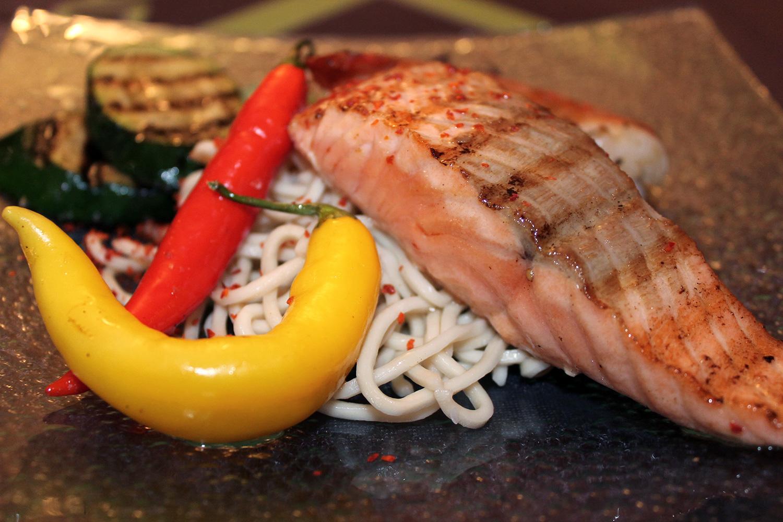 Asiatische Reisnudeln mit Lachs
