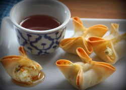 crab rangoon with sauce