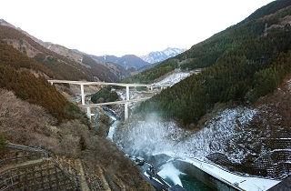雪化粧の山とダム