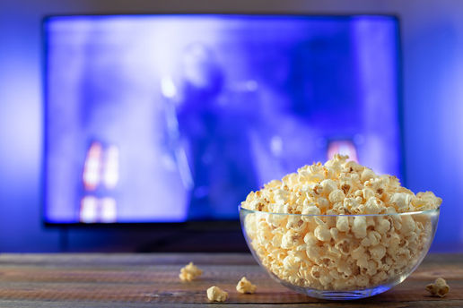 glass-bowl-with-popcorn-working-tv_79782