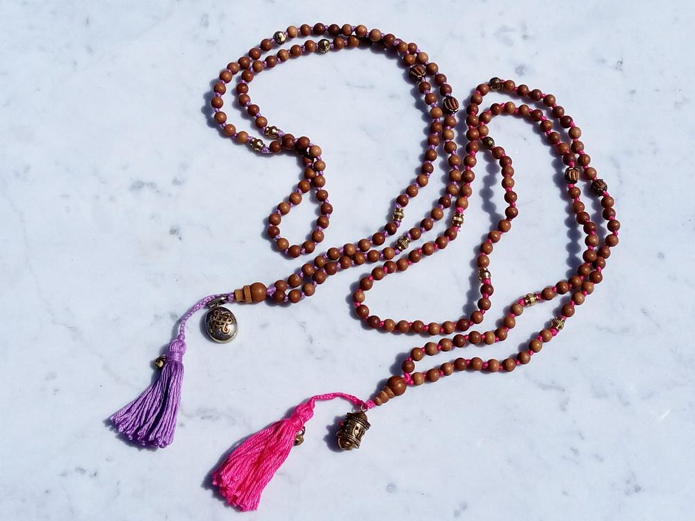 Namaste Mala - Una Mala con perle di legno di Sandalo, Bronzo e pendente Tibetano