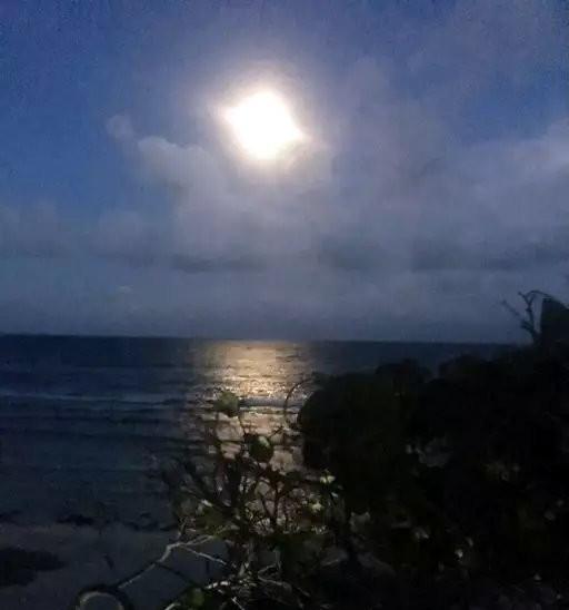 Moonrise on Utila