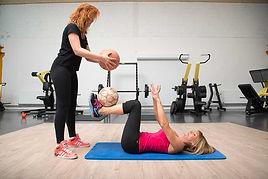 Raffermissement. Exercice de raffermissement musculaire par une coach sportif Body-forme.