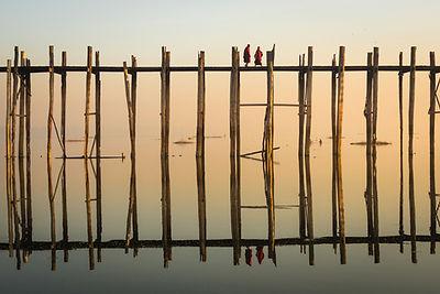 Refleksion af munke Kryds en træbro