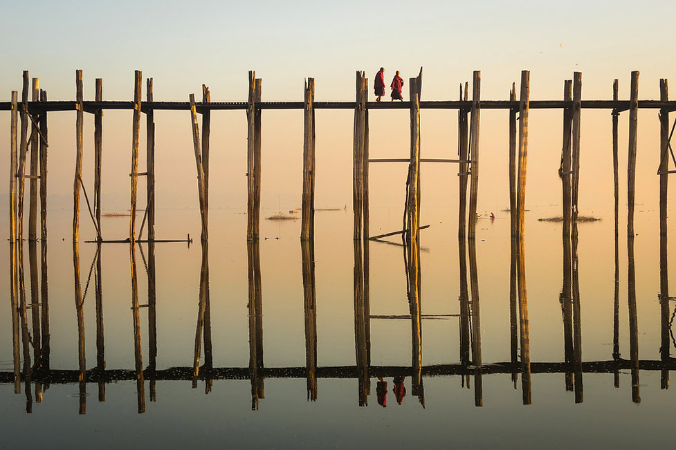 Réflexion de moines traversant un pont d