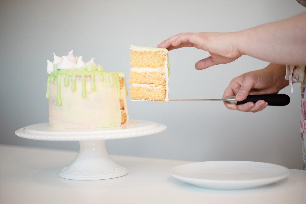 Vanilla cake with vanilla buttercream, white chocolate drip and meringue kisses