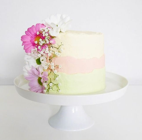 Vanilla buttercream cake pastel fresh flowers