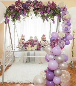 Arco de flores y globos para tarta