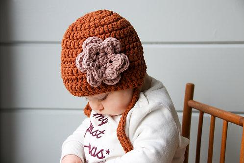 Muts 'bonnet' bruin met lila bloem