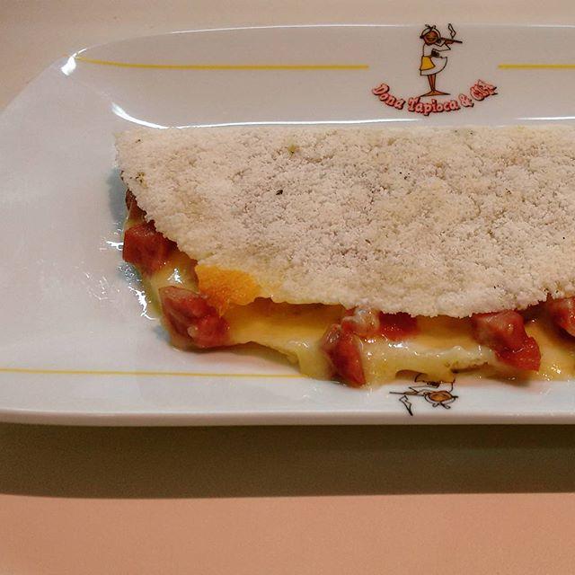 Essa é a Tapioca Oxente, que fica uma delícia com uma bela pimenta Sriracha que temos aqui 😜😜😜