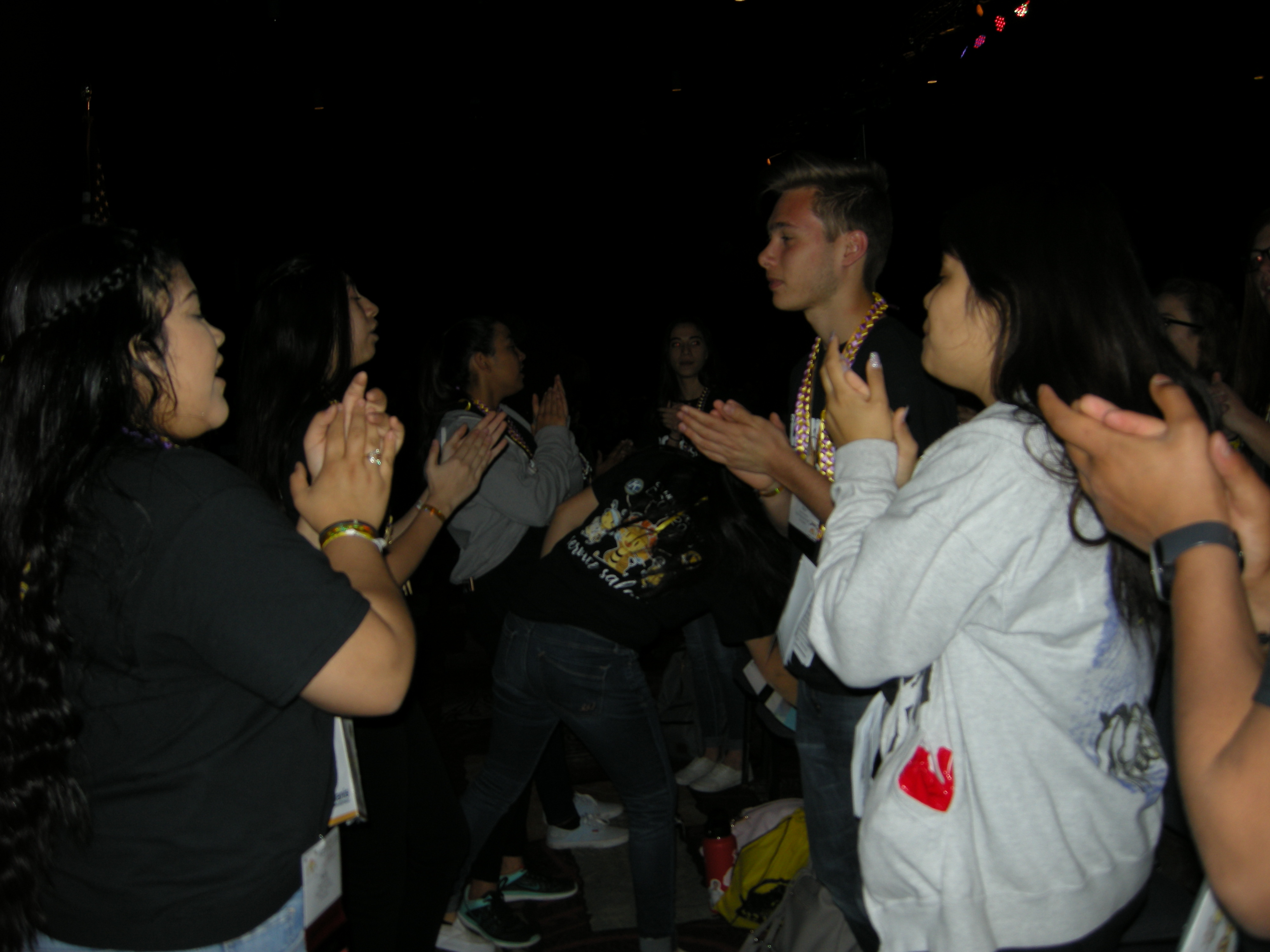 Cheering before session (1)