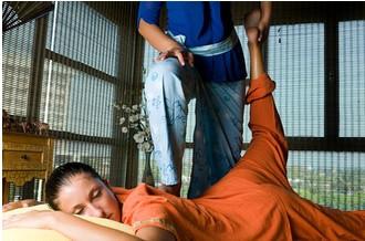 Massage Thaïllandais : Techniques et Bienfaits