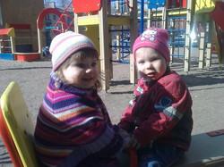 две девчушки - две подружки