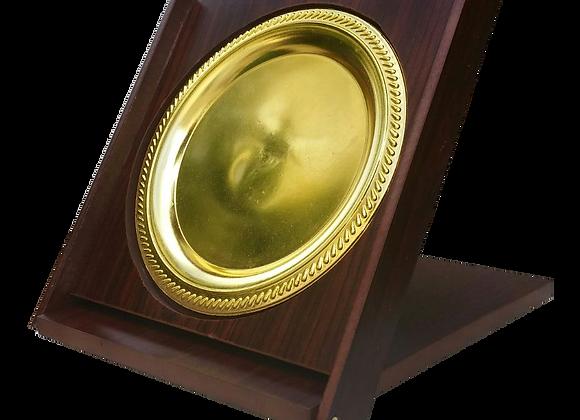 מעמד עץ עם צלחת אליפות הוקרה זהב
