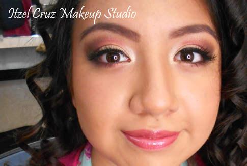 Maquillaje profesional en tonos rosas
