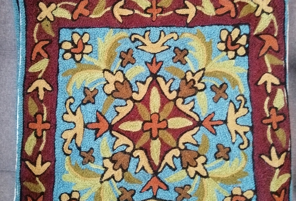 כיסוי כרית בשילוב רקמת עבודת יד